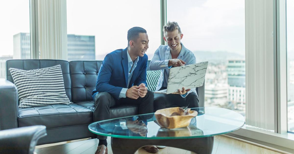 agent immobilier en discussion